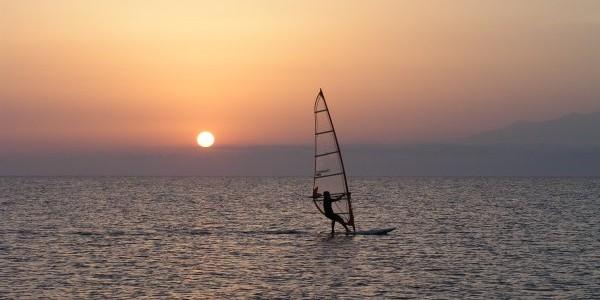 Windsurfing, kite & sup surfing στην Ελλάδα. Οργανωμένες παραλίες & πίστες, spots, εξοπλισμός